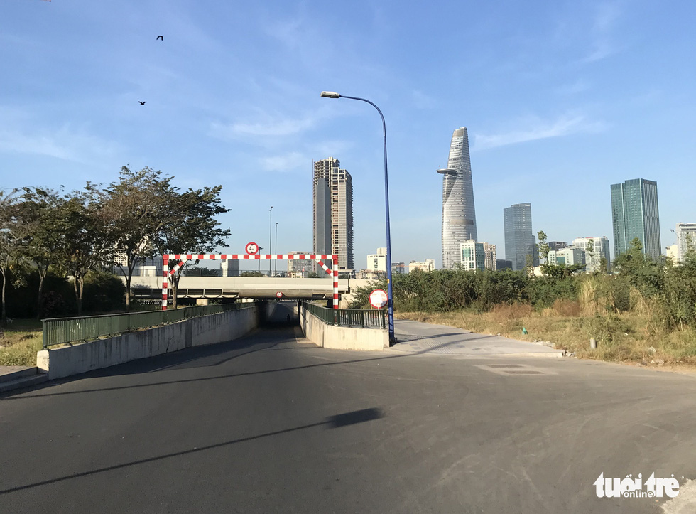 Phố đi bộ Nguyễn Huệ vẫn tràn ngập rác thải sau giao thừa - Ảnh 3.