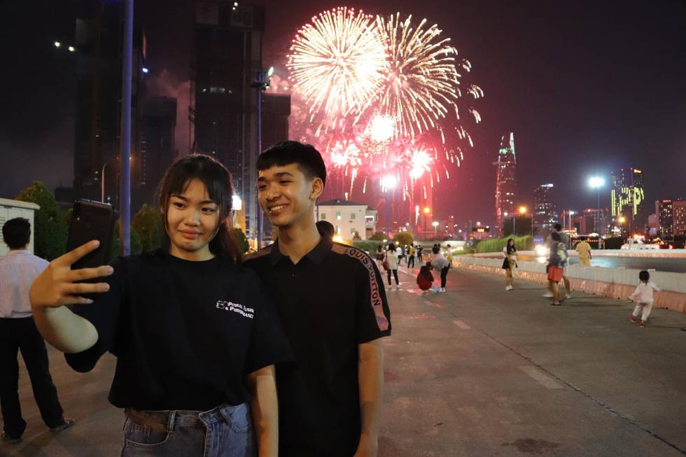 Người dân đổ ra đường xem pháo hoa, chào đón năm mới 2020 - Ảnh 10.