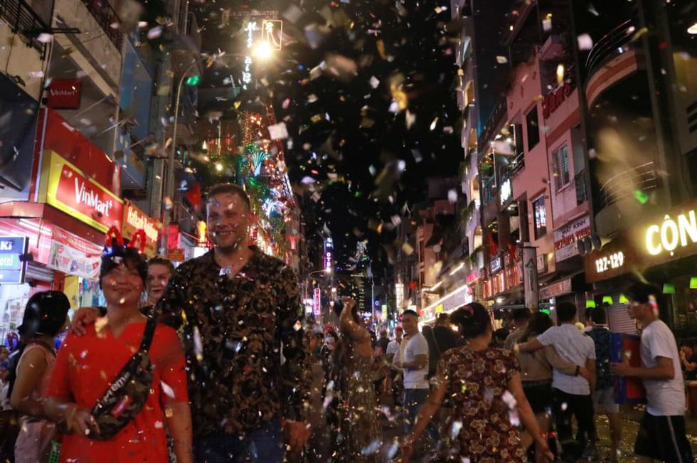 Người dân đổ ra đường xem pháo hoa, chào đón năm mới 2020 - Ảnh 9.