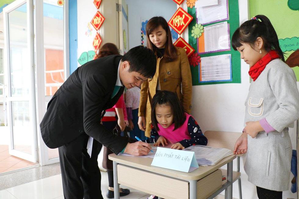 Học trò tiểu học tổ chức họp các bố mẹ - Ảnh 1.