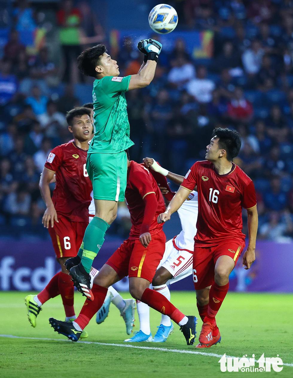 Những pha cứu nguy xuất sắc của Bùi Tiến Dũng trước U23 UAE - Ảnh 2.
