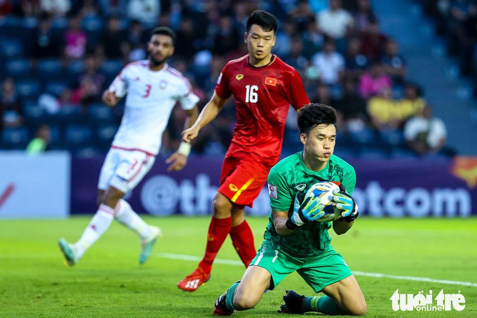 Những pha cứu nguy xuất sắc của Bùi Tiến Dũng trước U23 UAE - Ảnh 3.