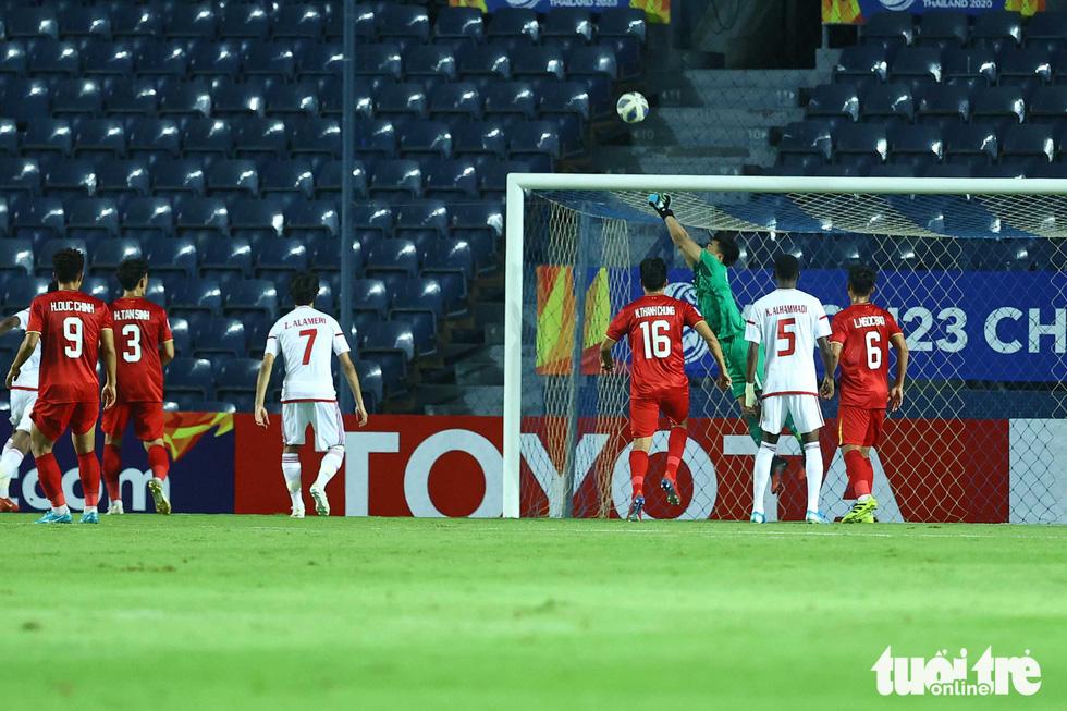 Những pha cứu nguy xuất sắc của Bùi Tiến Dũng trước U23 UAE - Ảnh 4.