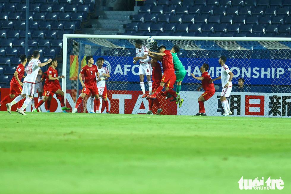 Những pha cứu nguy xuất sắc của Bùi Tiến Dũng trước U23 UAE - Ảnh 5.