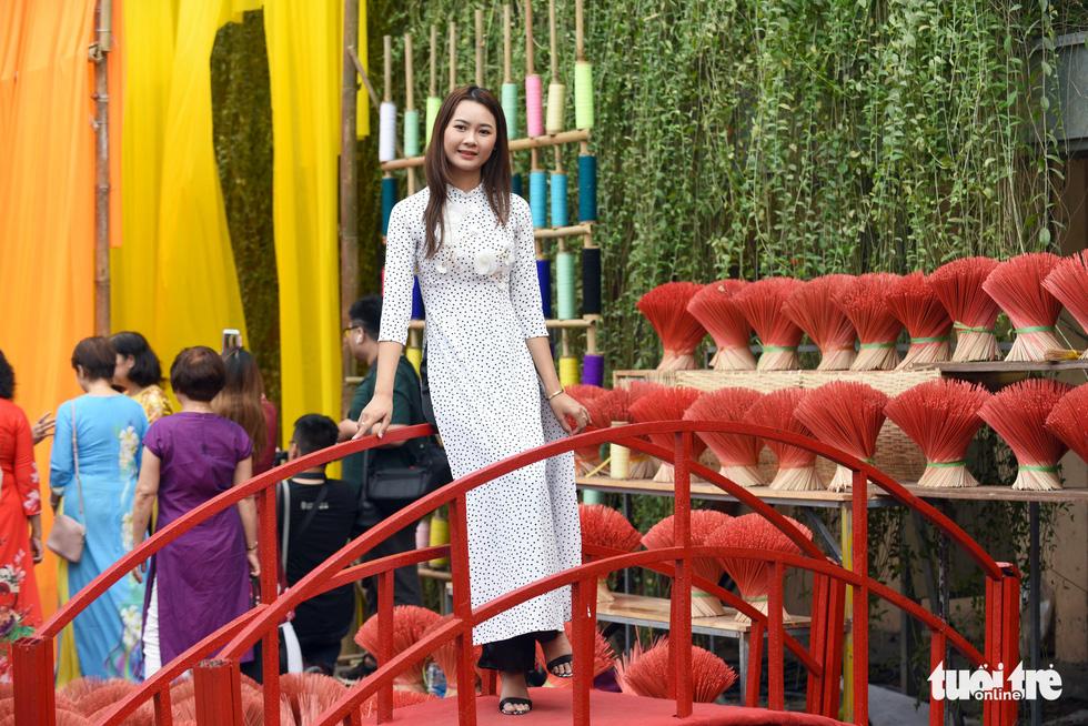 Đường hoa mai, phố ông đồ hút khách ở Lễ hội Tết Việt - Ảnh 5.