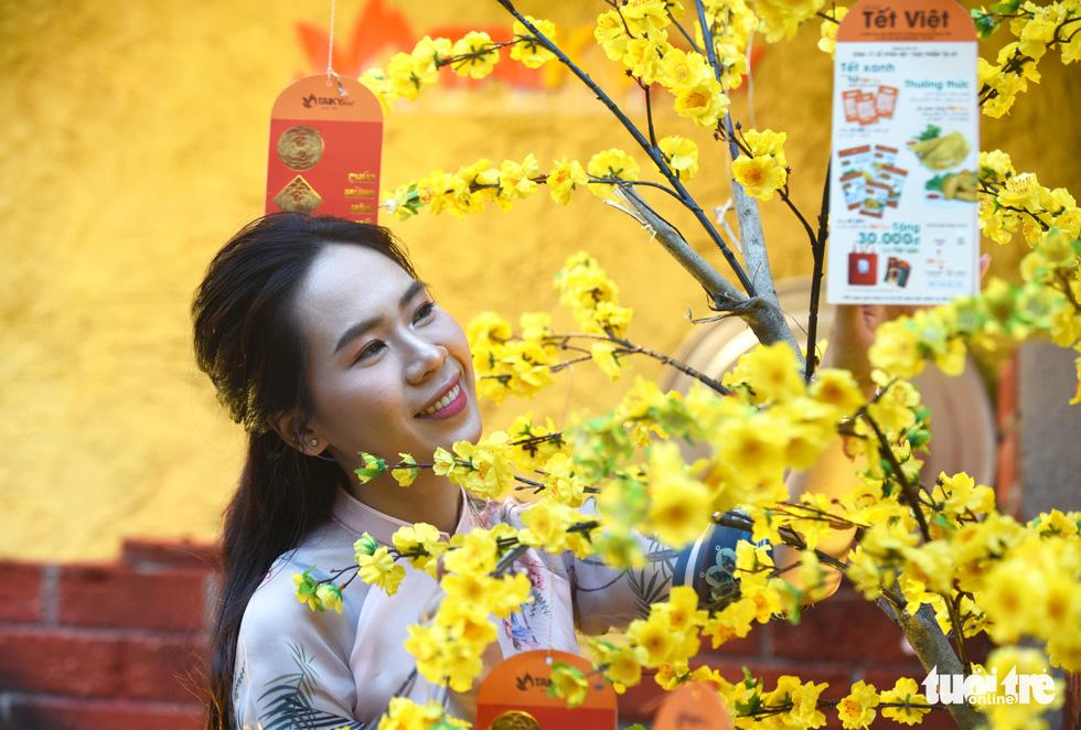 Đường hoa mai, phố ông đồ hút khách ở Lễ hội Tết Việt - Ảnh 6.