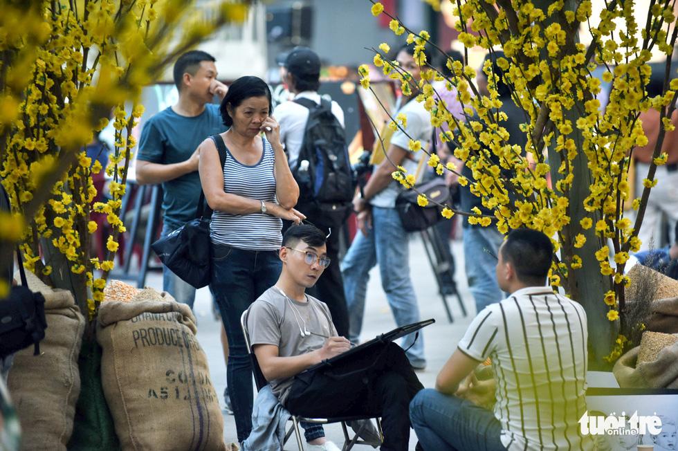 Đường hoa mai, phố ông đồ hút khách ở Lễ hội Tết Việt - Ảnh 8.