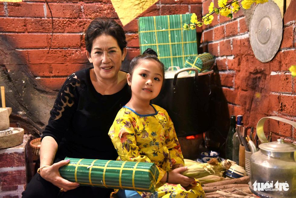 Đường hoa mai, phố ông đồ hút khách ở Lễ hội Tết Việt - Ảnh 14.