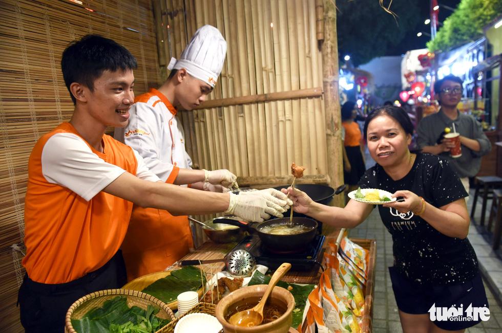 Đường hoa mai, phố ông đồ hút khách ở Lễ hội Tết Việt - Ảnh 15.