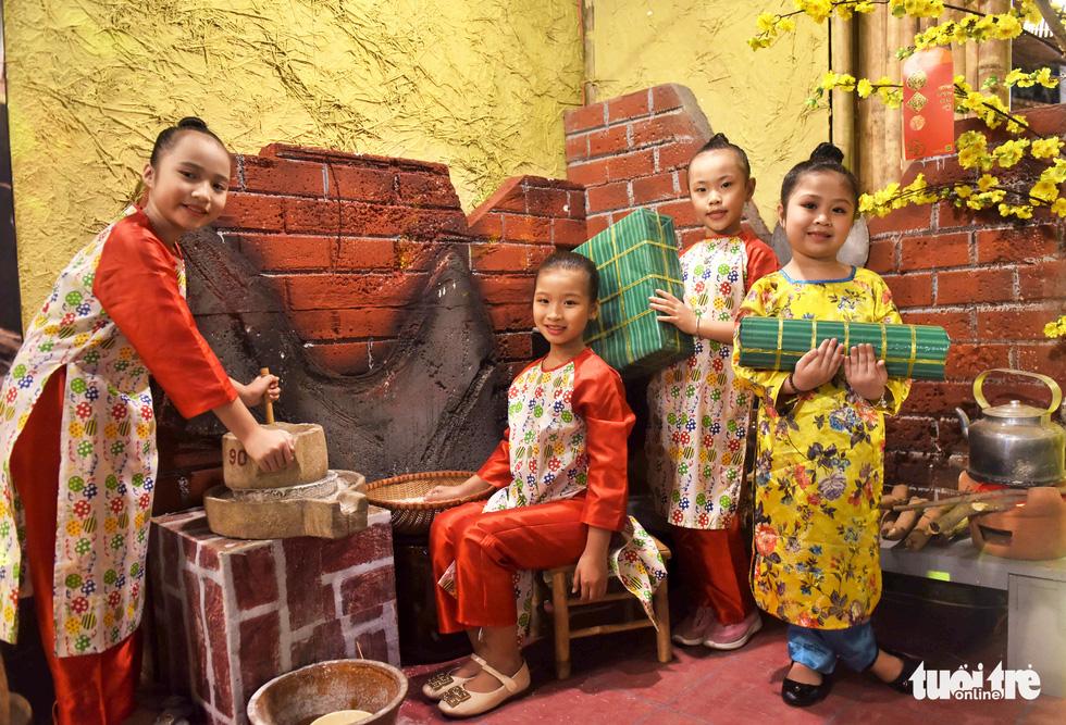 Đường hoa mai, phố ông đồ hút khách ở Lễ hội Tết Việt - Ảnh 16.
