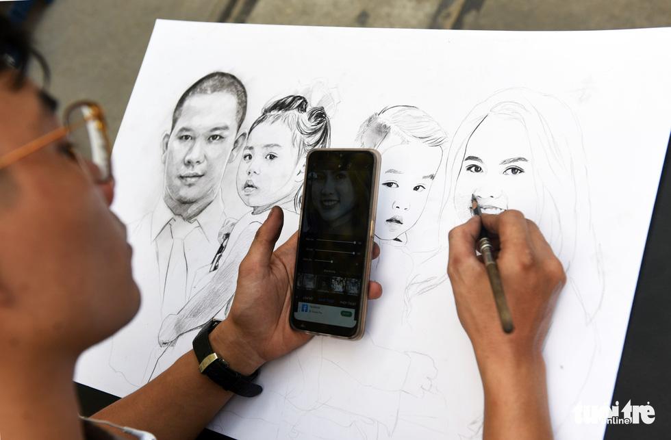 Đường hoa mai, phố ông đồ hút khách ở Lễ hội Tết Việt - Ảnh 9.