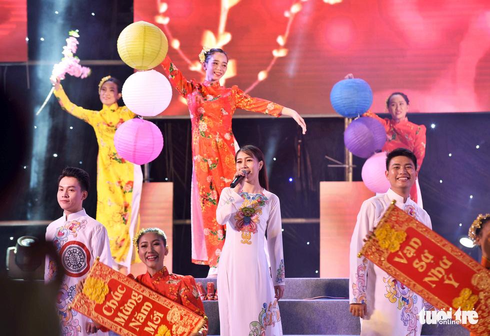 Đường hoa mai, phố ông đồ hút khách ở Lễ hội Tết Việt - Ảnh 2.