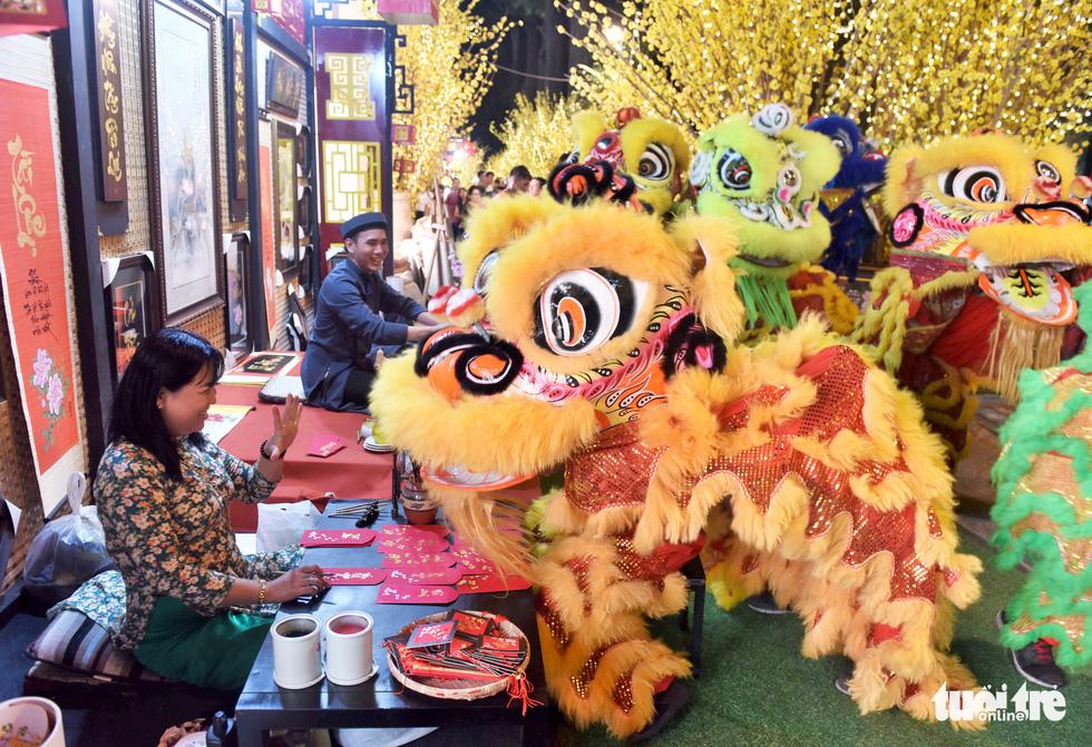 Đường hoa mai, phố ông đồ hút khách ở Lễ hội Tết Việt - Ảnh 1.