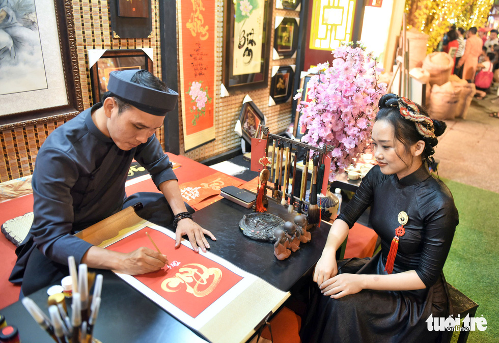 Đường hoa mai, phố ông đồ hút khách ở Lễ hội Tết Việt - Ảnh 17.
