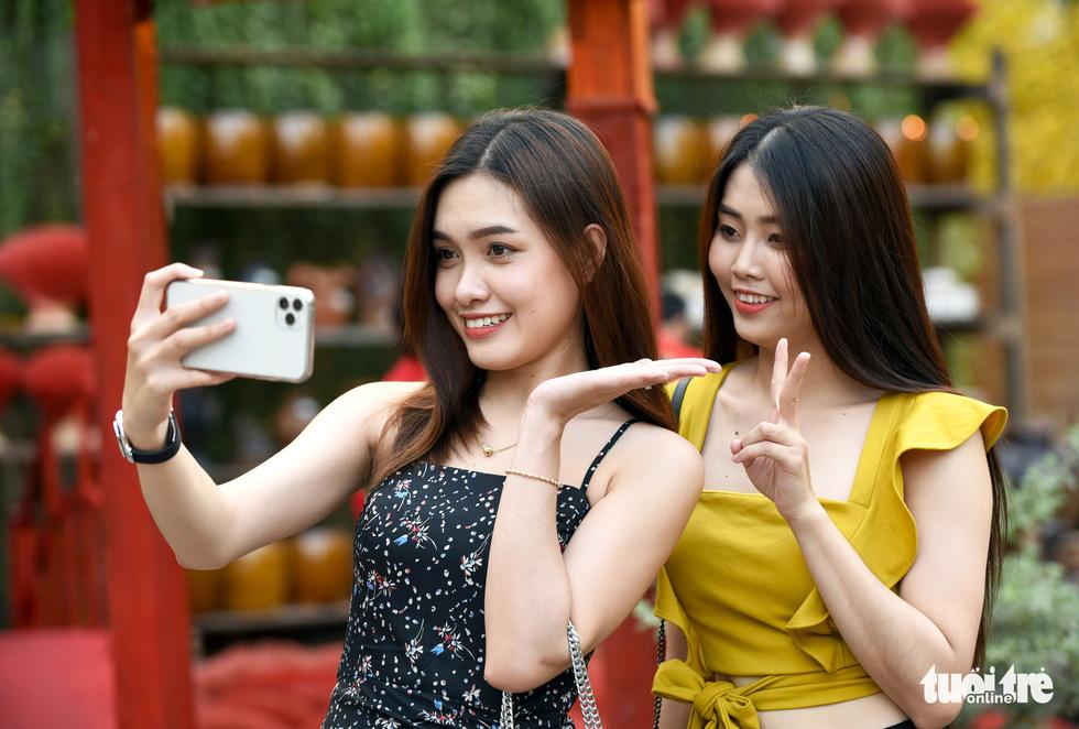 Đường hoa mai, phố ông đồ hút khách ở Lễ hội Tết Việt - Ảnh 12.