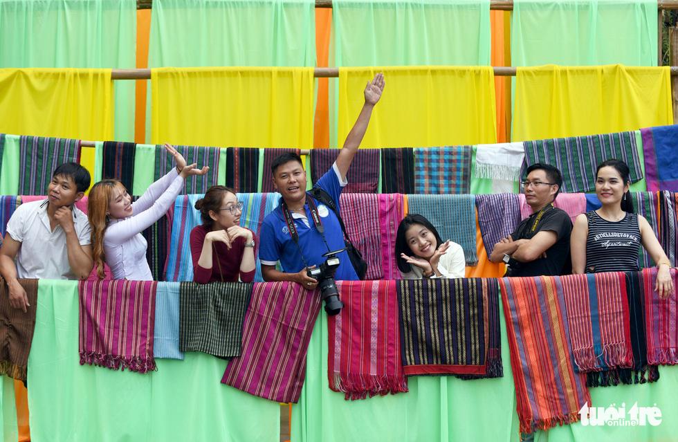 Đường hoa mai, phố ông đồ hút khách ở Lễ hội Tết Việt - Ảnh 11.
