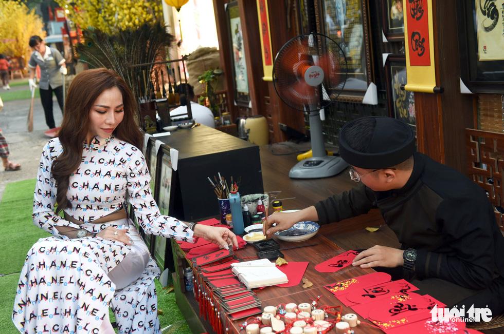 Đường hoa mai, phố ông đồ hút khách ở Lễ hội Tết Việt - Ảnh 4.