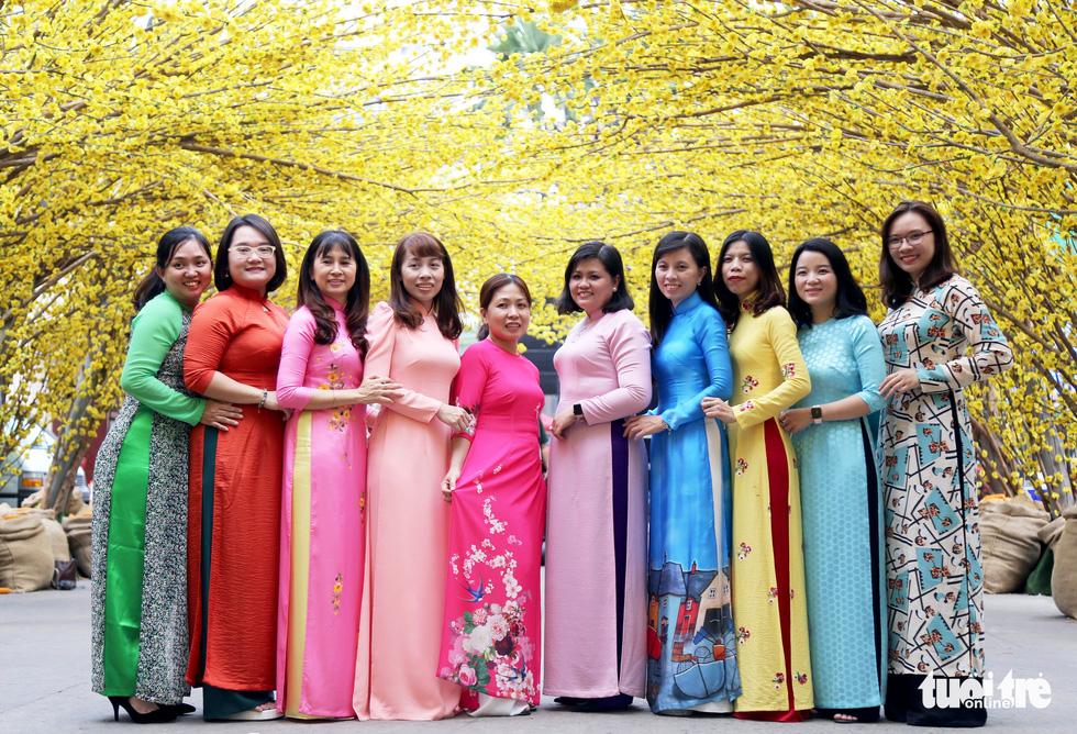 Đường hoa mai, phố ông đồ hút khách ở Lễ hội Tết Việt - Ảnh 7.