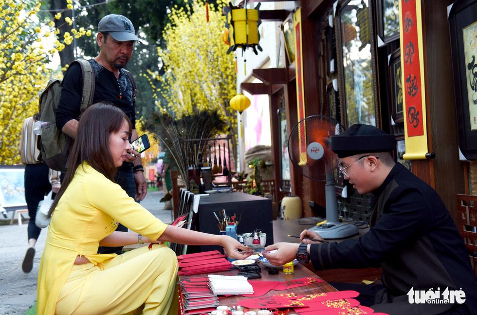Đường hoa mai, phố ông đồ hút khách ở Lễ hội Tết Việt - Ảnh 13.