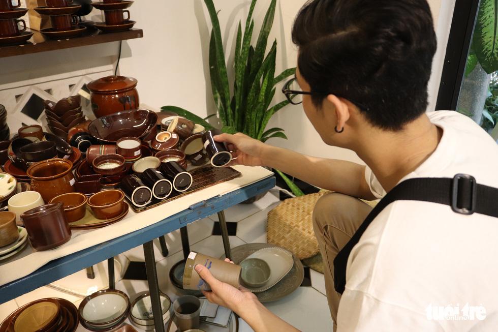 Độc đáo phiên chợ đồ gốm trong quán cafe - Ảnh 3.