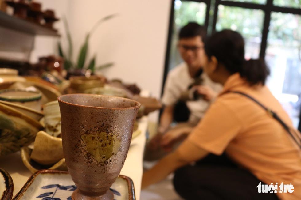 Độc đáo phiên chợ đồ gốm trong quán cafe - Ảnh 4.