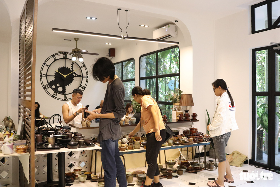 Độc đáo phiên chợ đồ gốm trong quán cafe - Ảnh 6.