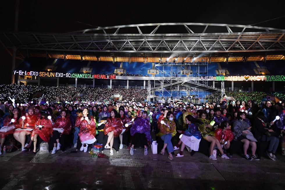 Đội mưa rét, trốn cha mẹ đi xem EXO-SC, Taemin, NCT 127... biểu diễn - Ảnh 11.