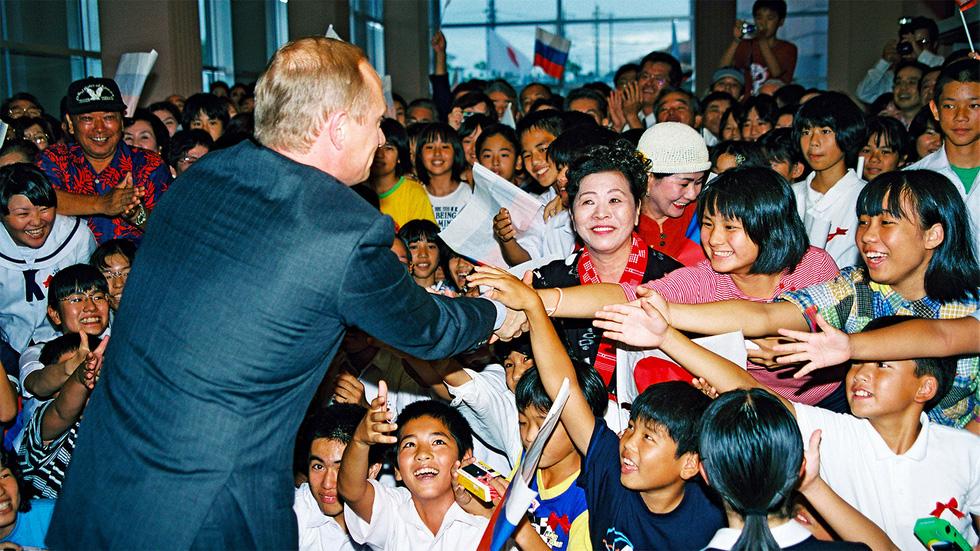 Nhảy múa cùng Bush, và những hình ảnh thú vị 20 năm ông Putin nắm quyền - Ảnh 3.