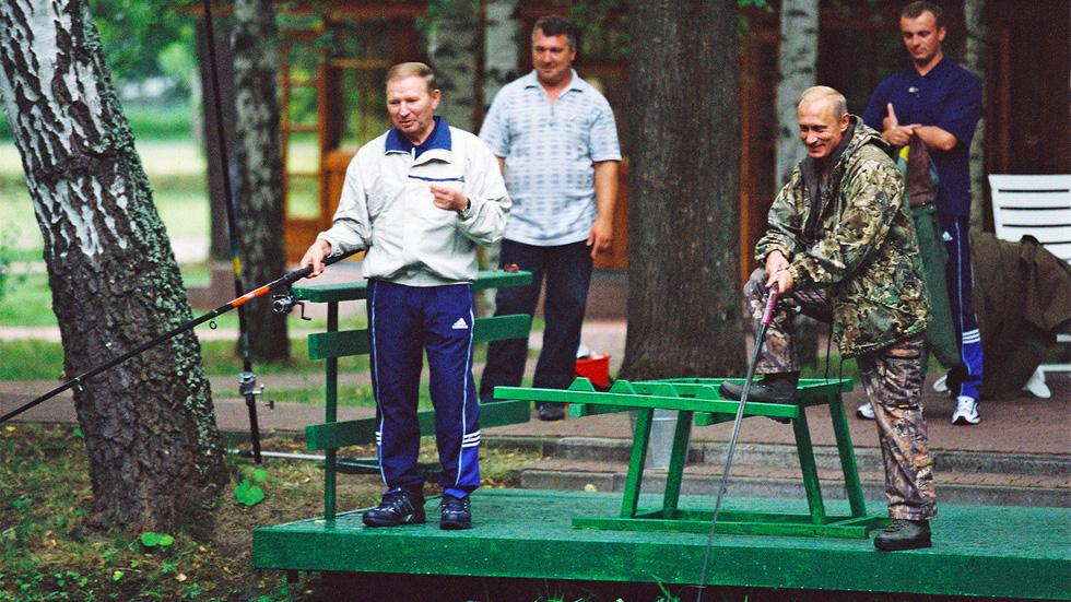 Nhảy múa cùng Bush, và những hình ảnh thú vị 20 năm ông Putin nắm quyền - Ảnh 6.