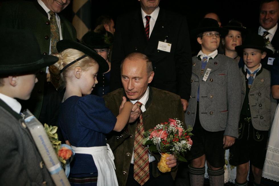 Nhảy múa cùng Bush, và những hình ảnh thú vị 20 năm ông Putin nắm quyền - Ảnh 10.