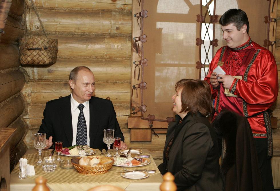 Nhảy múa cùng Bush, và những hình ảnh thú vị 20 năm ông Putin nắm quyền - Ảnh 11.