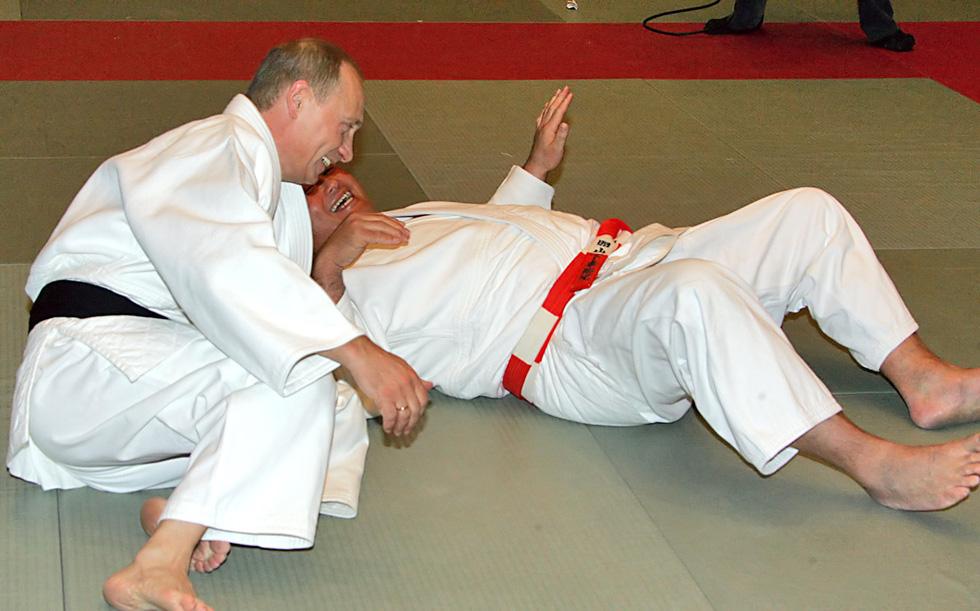 Nhảy múa cùng Bush, và những hình ảnh thú vị 20 năm ông Putin nắm quyền - Ảnh 8.