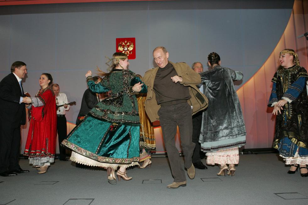 Nhảy múa cùng Bush, và những hình ảnh thú vị 20 năm ông Putin nắm quyền - Ảnh 15.