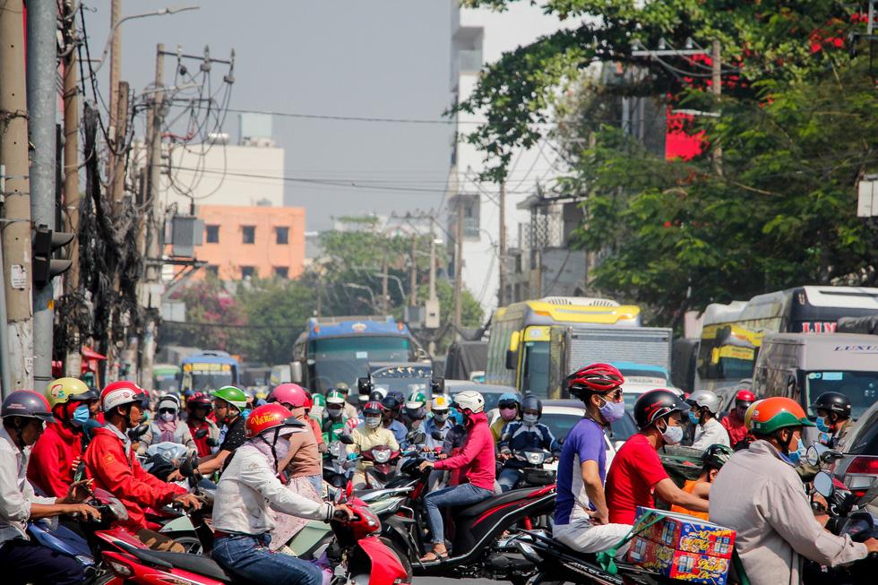 Ken đặc người xe đường Sài Gòn những ngày giáp tết - Ảnh 10.