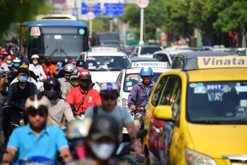 Ken đặc người xe đường Sài Gòn những ngày giáp tết - Ảnh 2.