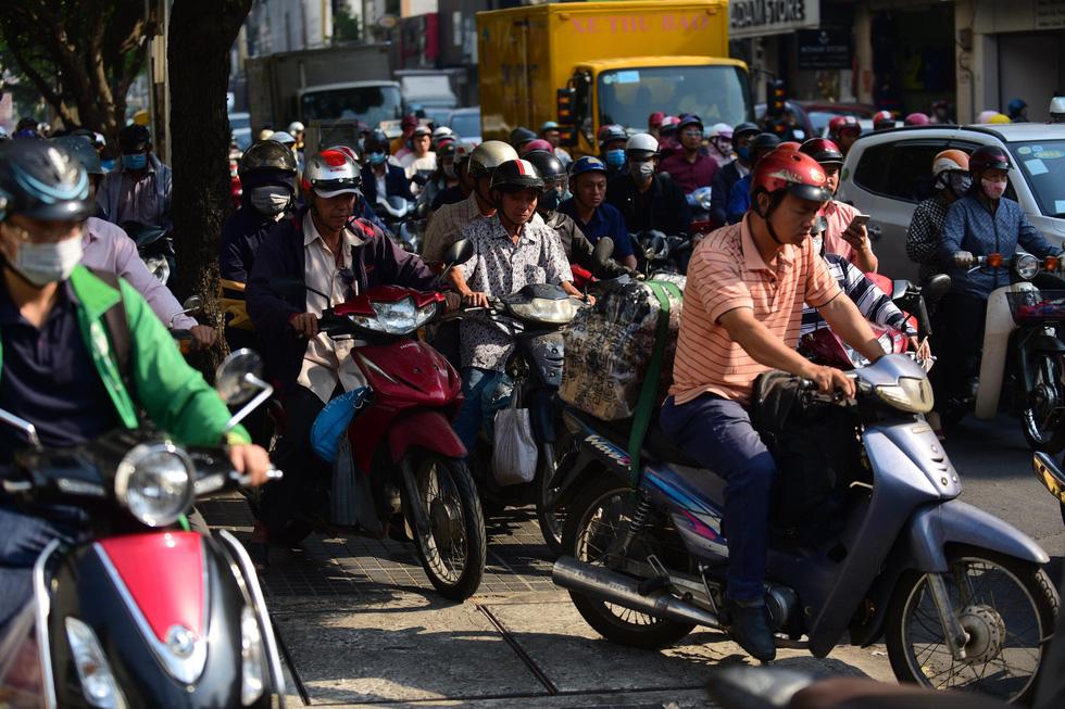 Ken đặc người xe đường Sài Gòn những ngày giáp tết - Ảnh 5.