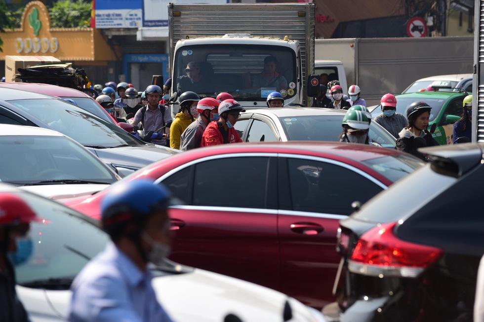 Ken đặc người xe đường Sài Gòn những ngày giáp tết - Ảnh 3.