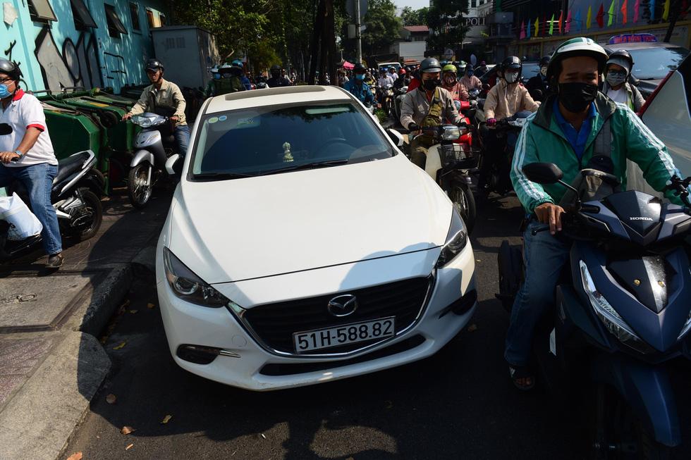 Ken đặc người xe đường Sài Gòn những ngày giáp tết - Ảnh 4.