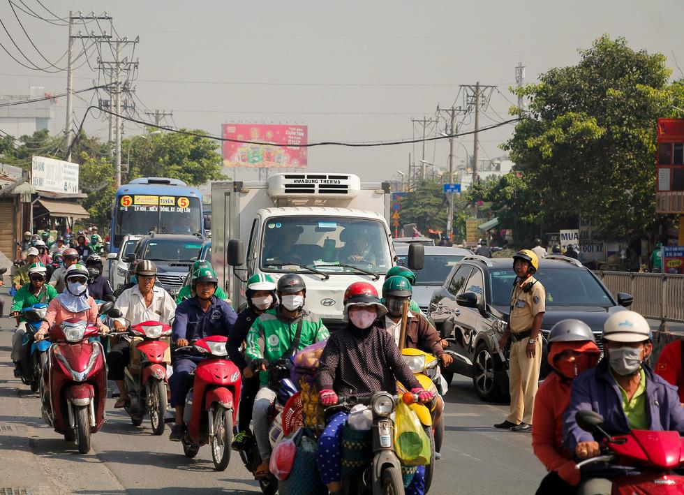 Ken đặc người xe đường Sài Gòn những ngày giáp tết - Ảnh 9.