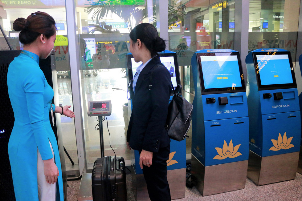 Hành khách có thể tự làm thủ tục hành lý khi bay nội địa - Ảnh 1.