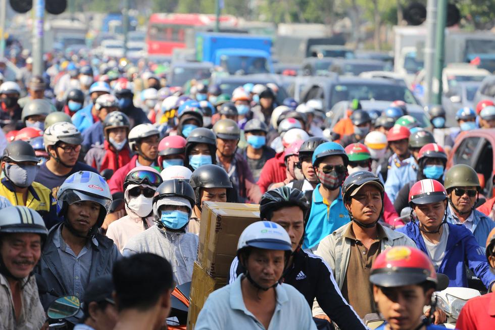 Ken đặc người xe đường Sài Gòn những ngày giáp tết - Ảnh 1.