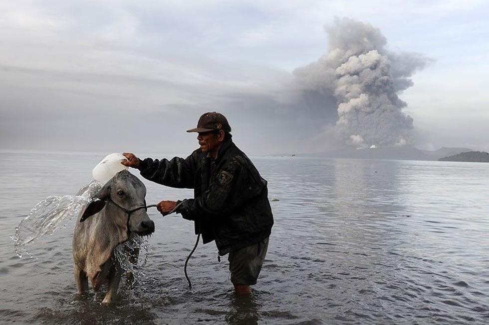 Bụi mù vì núi lửa, Philippines nghiêm cấm nâng giá khẩu trang trục lợi - Ảnh 4.