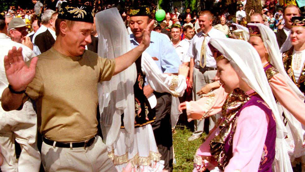 Nhảy múa cùng Bush, và những hình ảnh thú vị 20 năm ông Putin nắm quyền - Ảnh 2.