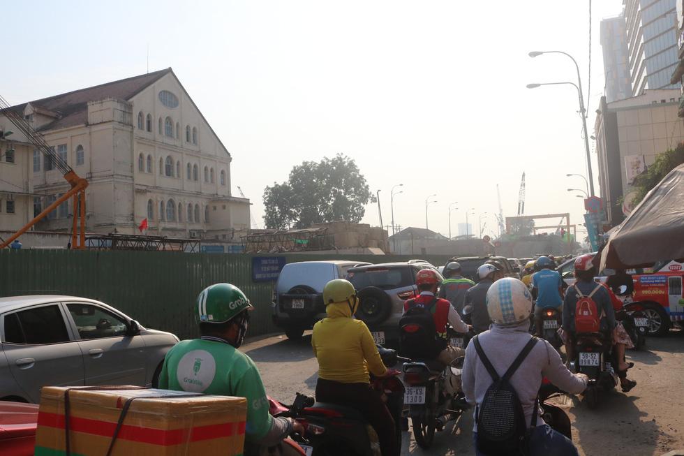 Hàng trăm lô cốt giăng kín nhiều tuyến đường TP.HCM dịp tết - Ảnh 3.