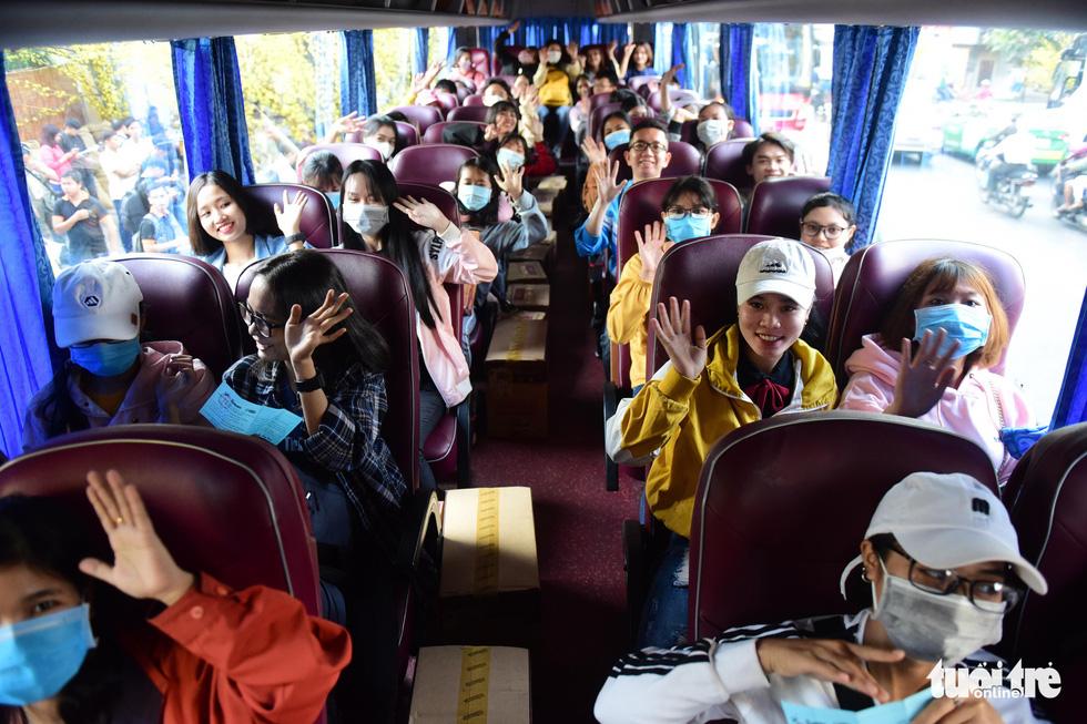 Bến xe sinh viên nhộn nhịp giữa rừng mai vàng - Ảnh 6.