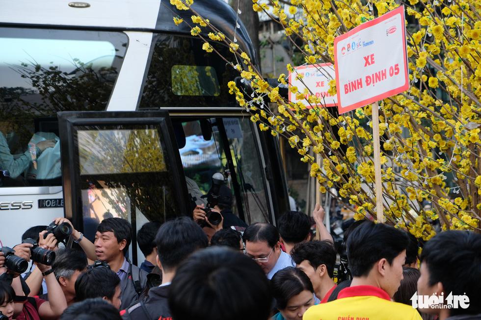 Bến xe sinh viên nhộn nhịp giữa rừng mai vàng - Ảnh 9.
