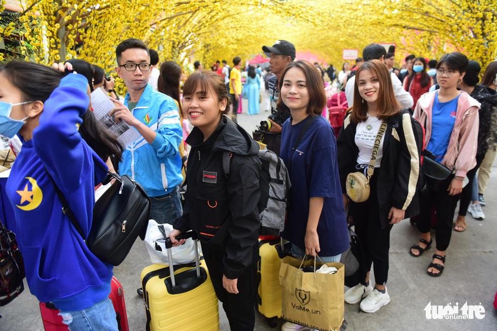 Bến xe sinh viên nhộn nhịp giữa rừng mai vàng - Ảnh 7.