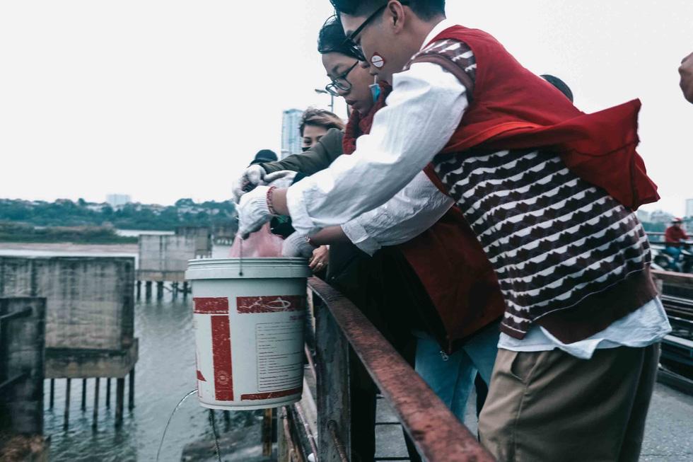 Thả cá chép, không thả túi nilông - Ảnh 2.