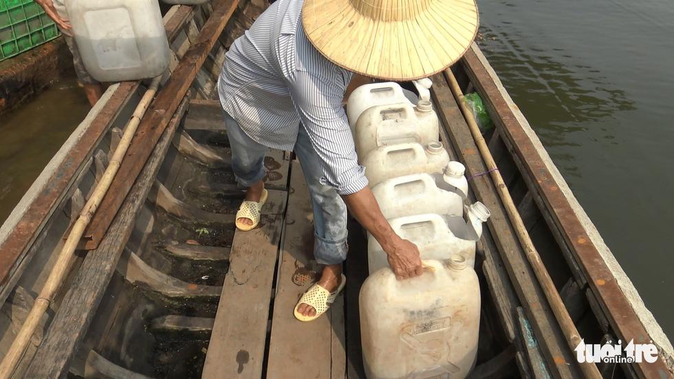 Cá chép đưa ông Táo vừa thả xuống sông đã bị chích điện bất tỉnh - Ảnh 6.