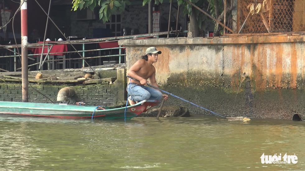 Cá chép đưa ông Táo vừa thả xuống sông đã bị chích điện bất tỉnh - Ảnh 3.